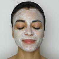 Limpeza profunda e clareamento da pele com argila branca