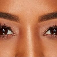 Quer um olhar poderoso com sobrancelhas delineadas e cílios volumosos?